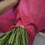 Как украсить розы гофрированной бумагой